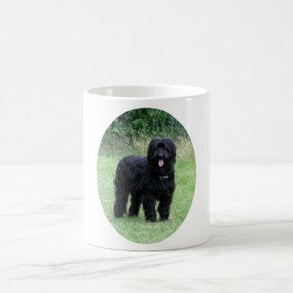 Taza de café negra hermosa del perro del briard,