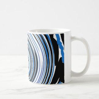 Taza de café negra y azul del diseño del remolino