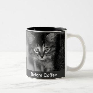 Taza de café negra y blanca del gatito