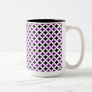 Taza de café negra y púrpura del diamante
