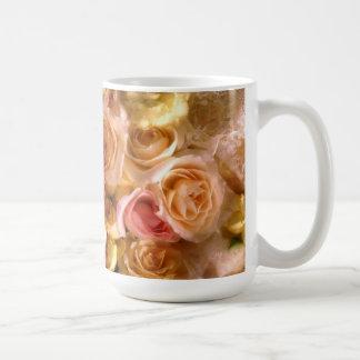 Taza de café nupcial de los rosas del amor