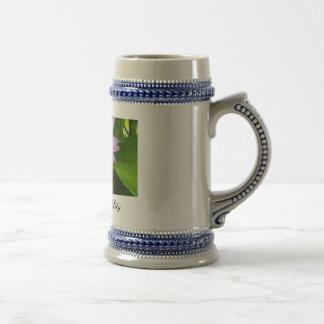 Taza de café ocultada del lirio de agua