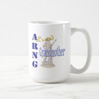 Taza de café orgullosa de la abuela de ARNG