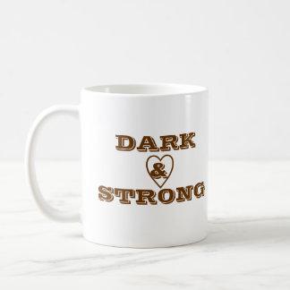 Taza de café oscura y fuerte del corazón - persona