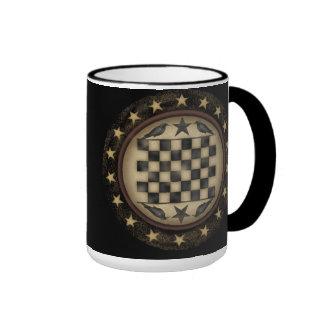 Taza de café primitiva del tablero de damas del