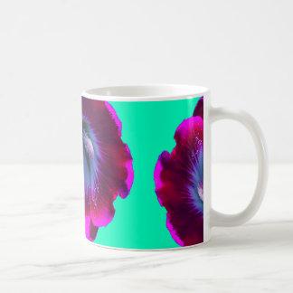 Taza de café púrpura oscura de los Hollyhocks por