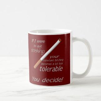 Taza de café que fuma abandonada
