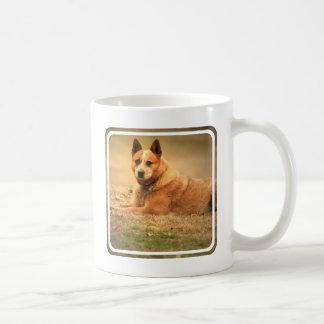 Taza de café roja australiana del perro del ganado