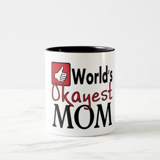 Taza de café roja del humor de la mamá más okayest