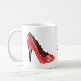 Taza de café roja del zapato del tacón alto