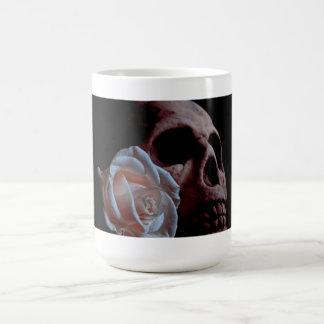 Taza de café romántica del cráneo