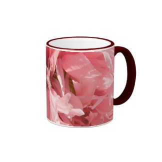 Taza de café rosada bonita de la amapola