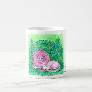 Taza de café rosada de la selva