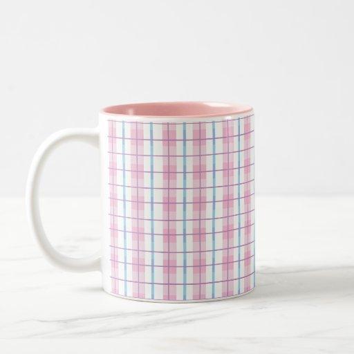 Taza de café rosada de la tela escocesa