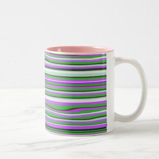 Taza de café rosada y verde del modelo de la raya