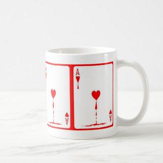 Taza de café sangrienta de la tarjeta de cuatro as