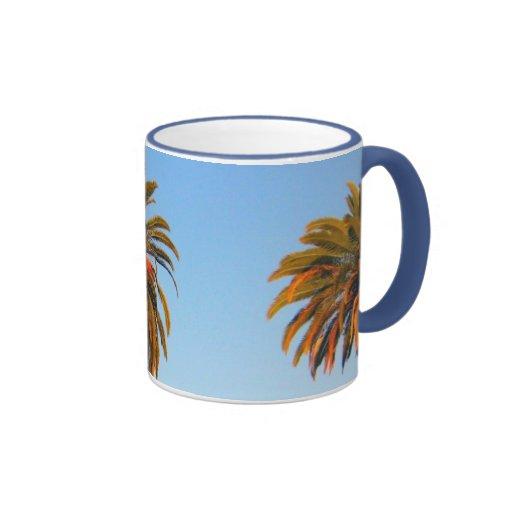 Taza de café soleada de las palmeras