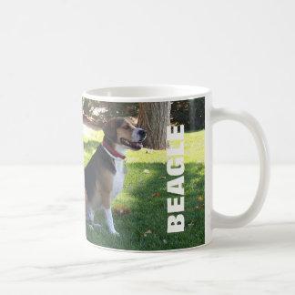 Taza de café sombría del beagle - tonelero en el l