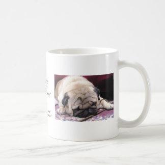 Taza de café soñolienta del barro amasado