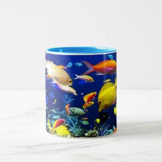 Taza de café tropical de los pescados