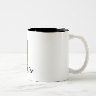 Taza de café verde oliva del jugo