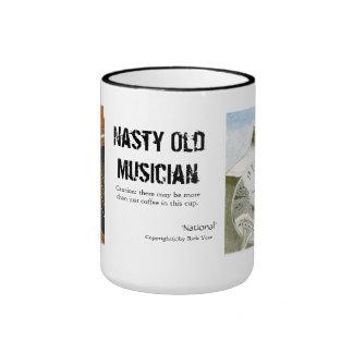 Taza de café vieja desagradable del músico con las