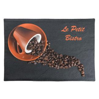 Taza de café y habas derramadas mantel individual