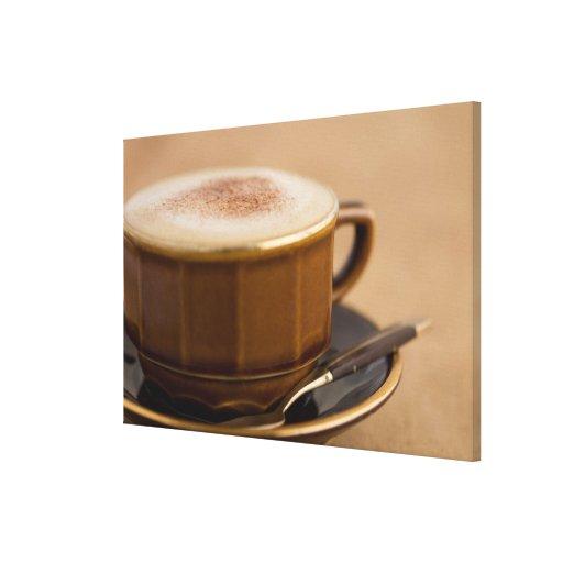 Taza de cappuccino con el polvo de cacao impresion de lienzo