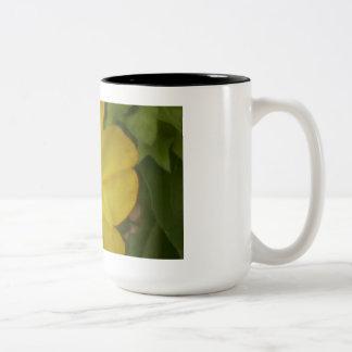 Taza de cerámica de la flor soleada de oro