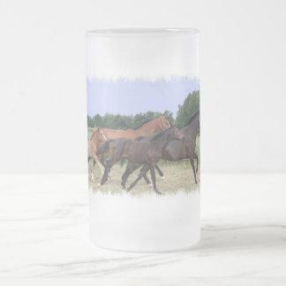 Taza de cerveza de los caballos salvajes