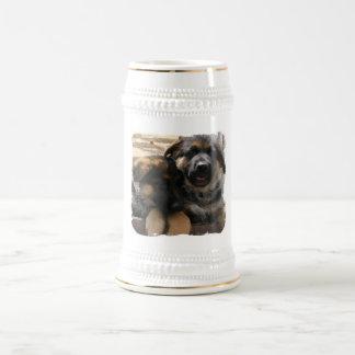 Taza de cerveza de los perritos del pastor