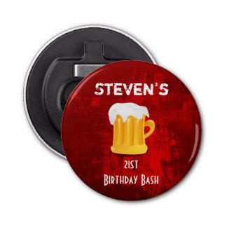 Taza de cerveza del golpe del cumpleaños en el abrebotellas redondo