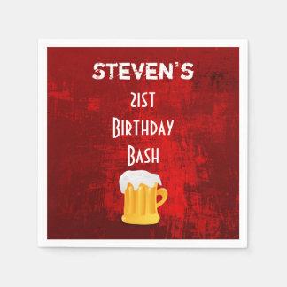 Taza de cerveza del golpe del cumpleaños en servilletas de papel