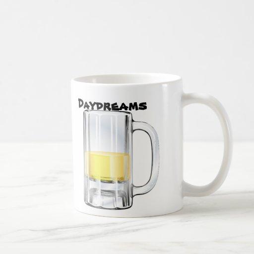 Taza de cerveza en la taza de café