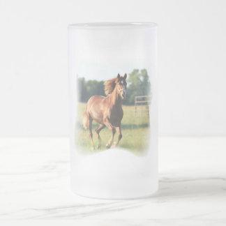 Taza de cerveza galopante del caballo de la castañ