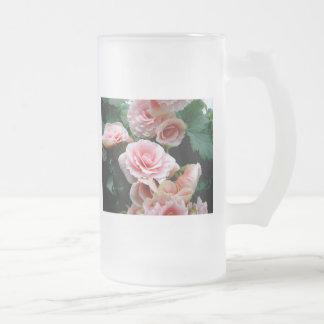 Taza de cerveza helada begonia floreciente rosada