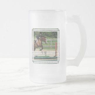 Taza de cerveza helada caballo de salto
