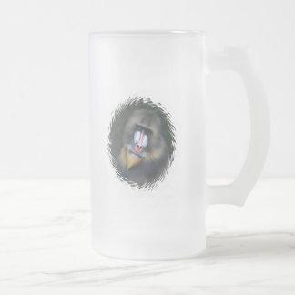 Taza de cerveza helada cara del babuino