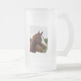 Taza de cerveza helada foto del caballo de proyect