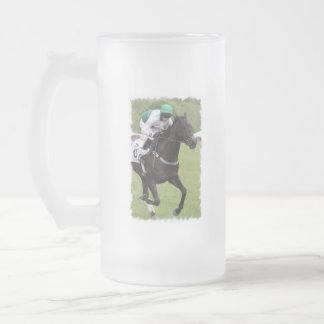 Taza de cerveza helada galopante del caballo de ra