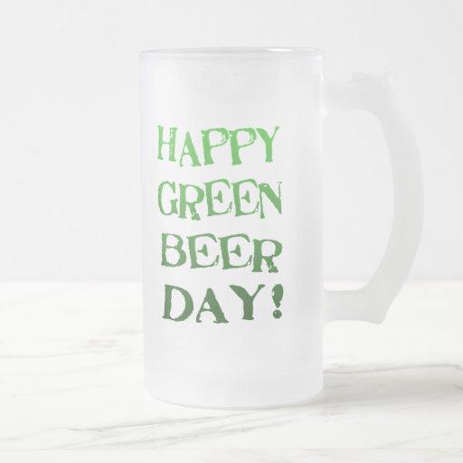 Taza de cerveza helada irlandés divertido del día
