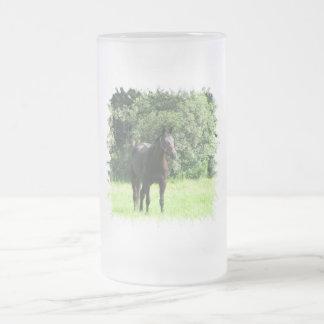 Taza de cerveza helada oscura del caballo de bahía