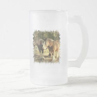 Taza de cerveza helada pares del caballo de proyec