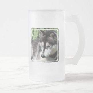 Taza de cerveza helada perfil del husky siberiano