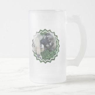 Taza de cerveza helada perrito del pastor alemán