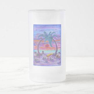 Taza de cerveza helada - piel de ante en la playa