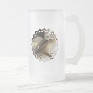 Taza de cerveza helada rana arbórea