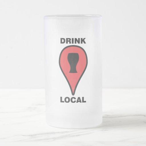 Taza de cerveza local de la bebida