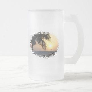 Taza de cerveza tropical de la vela de la puesta d
