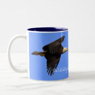 Taza de Eagle calvo del partidario de la fauna